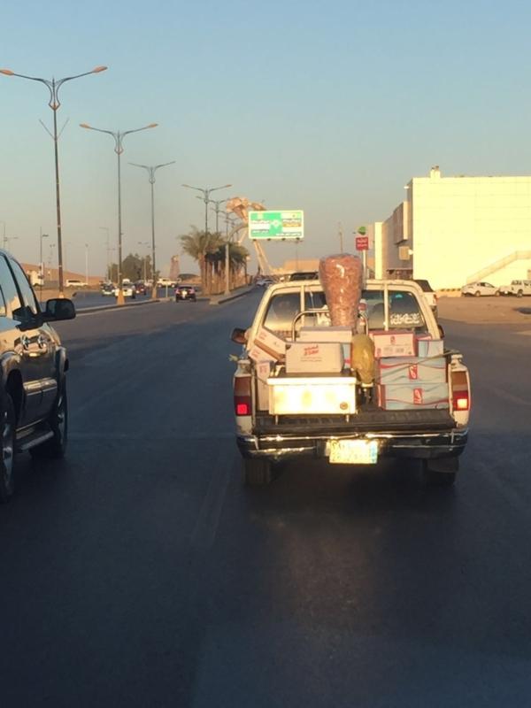 نقل  شاورما  بحوض سيارة مكشوف (1)