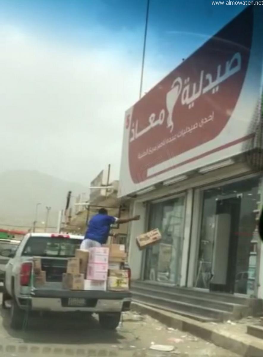 بالفيديو.. مواطن يوثق نقل مواد طبية وغذائية في سيارة مكشوفة - المواطن