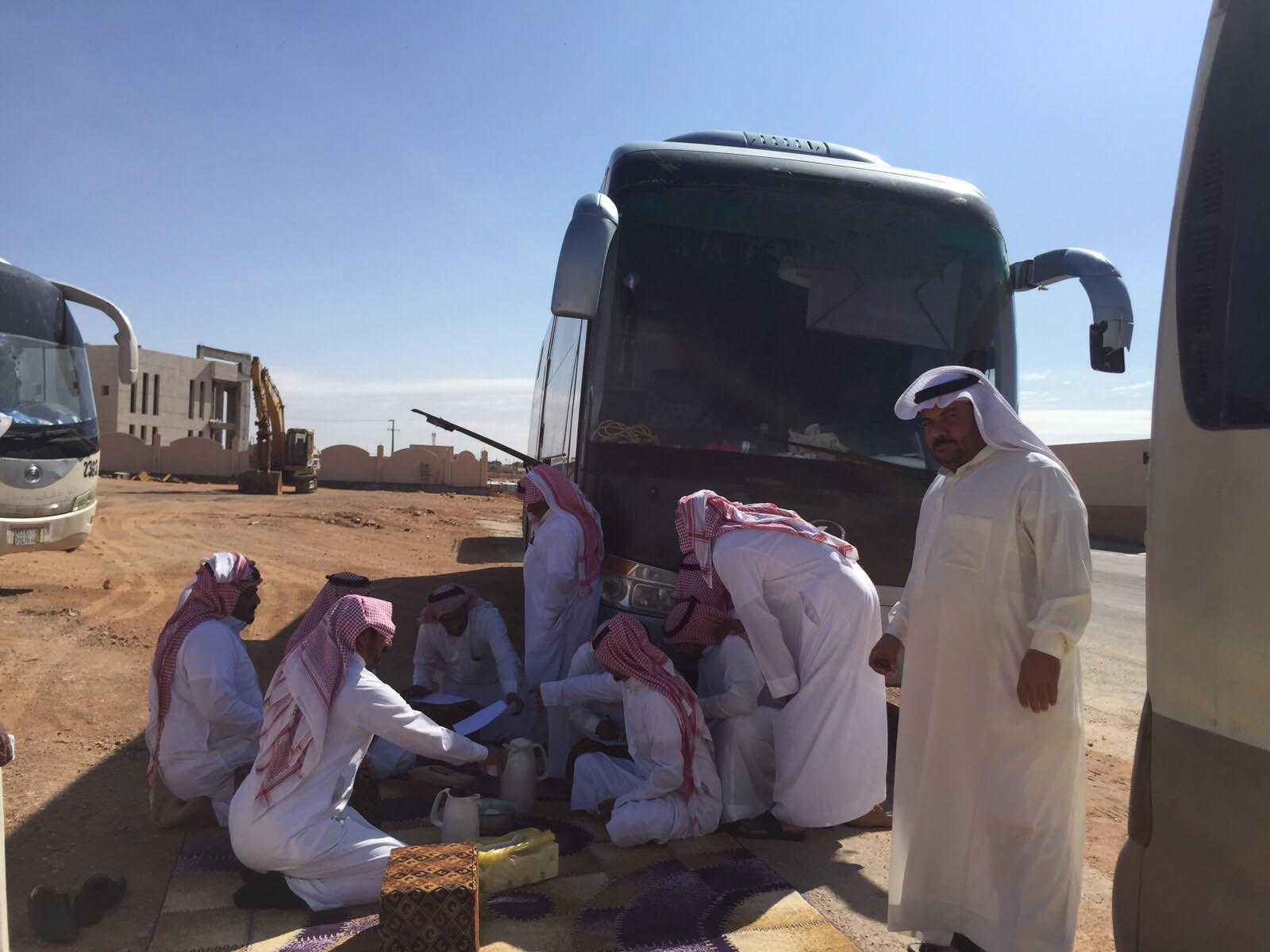 سائقو حافلات النقل الجامعي في #رفحاء بلا رواتب لـ 3 أشهر - المواطن