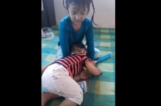 بالفيديو.. أم تمنع طفلتها من اللعب على الهاتف بحيلة غير أخلاقية - المواطن