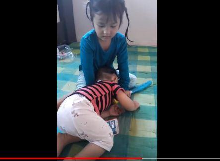 بالفيديو.. أم تمنع طفلتها من اللعب على الهاتف بحيلة غير أخلاقية