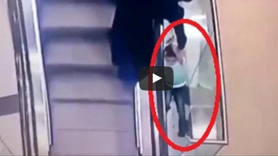 بالفيديو.. طفلة روسية تنزلق من يد خالتها لتسقط من الطابق الثالث - المواطن