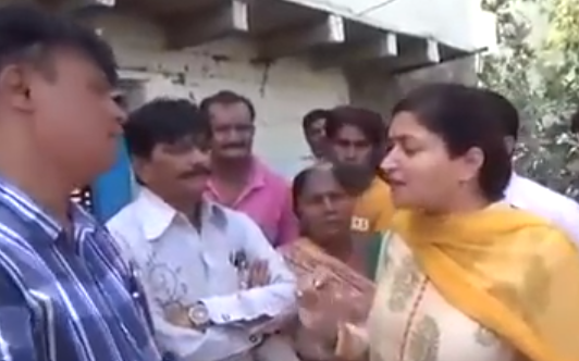 هندية تسقط في المجاري اثناء مقابلة تلفزيونية