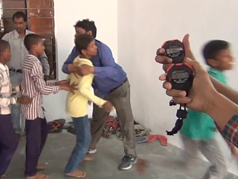 هندي يعانق اشخاص