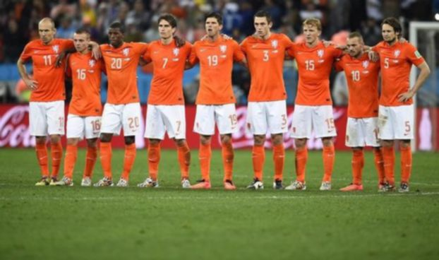 Netherlands' national soccer players react as teammate Ron Vlaar misses an opportunity to score a goal against Argentina during a penalty shoot-out at their 2014 World Cup semi-finals at the Corinthians arena in Sao Paulo July 9, 2014.  REUTERS/Dylan Martinez