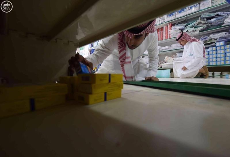 هيئة الغذاء والدواء تغلق محلاً أخفى أجهزة مخالفة3