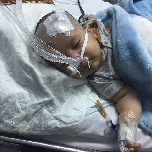 """معاناة الطفل هيثم.. """"تضخم الكبد"""" ومناشدات بإخلائه لـ #الرياض"""