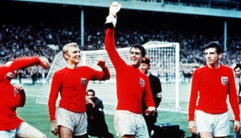 هيرست يحمل كأس العالم عام 1966