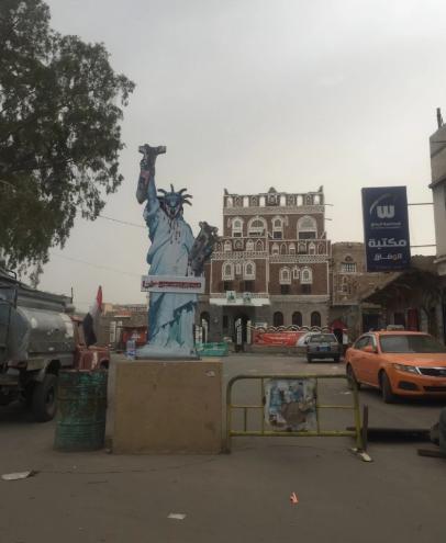 واشنطن بوست ترصد تشويه الحوثيين لجدران السفارة السعودية في صنعاء (5)