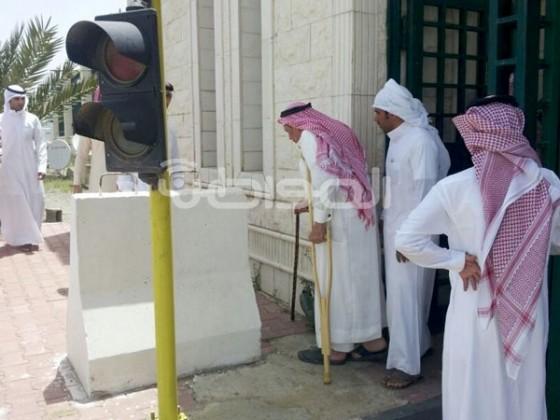 والد قتيل المخدرات على عكازيه بجوار إمارة الباحة