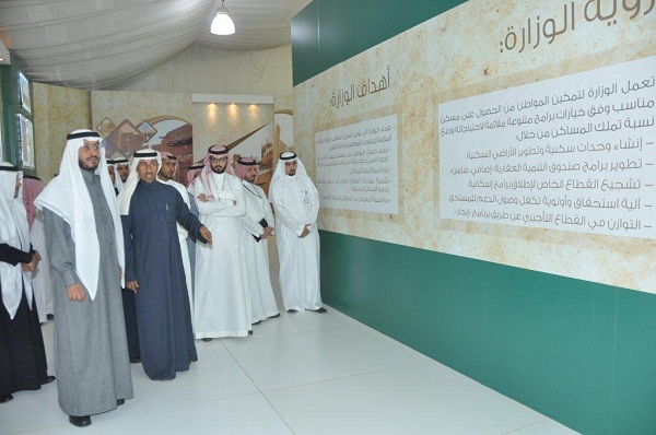 وزير الاسكان أثناء افتتاحه لجناح الوزارة في الجنادرية