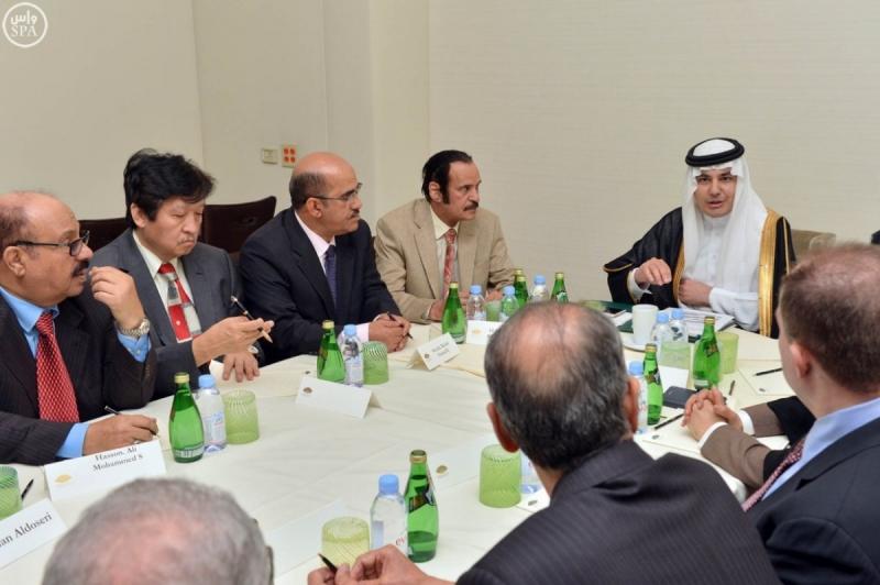 وزير الاعلام يجتمع