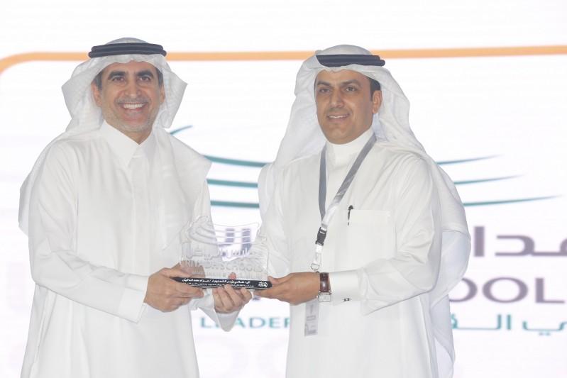 وزير التعليم يتسلم من مدير عام مدارس الرياض درعا تكريما