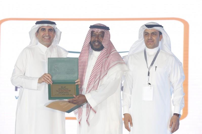 وزير التعليم يسلم المدرب الوطني يوسف خميس شعادة تقدير من مدارس الرياض