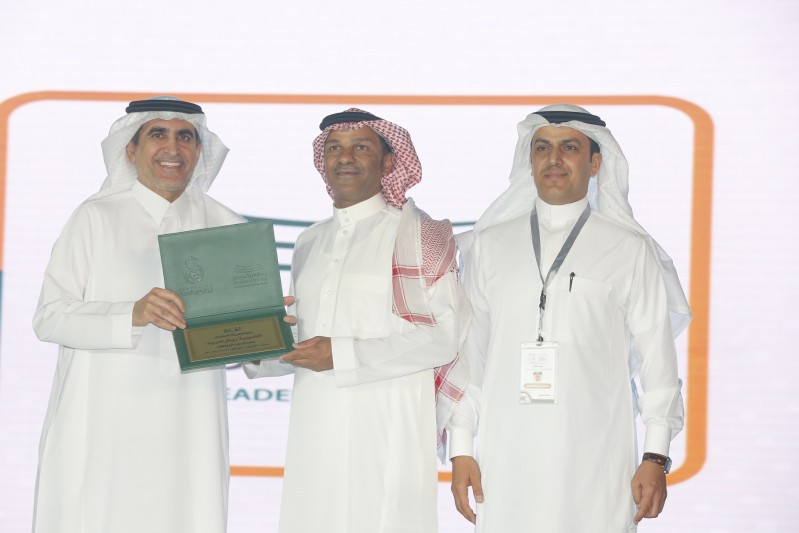 وزير التعليم يسلم النجم الدولي يوسف الثنيان شعادة تقدير من مدارس الرياض