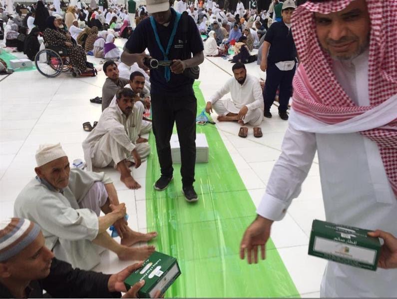 وزير التعليم يوزع وجبات الإفطار في  الحرم المكي3