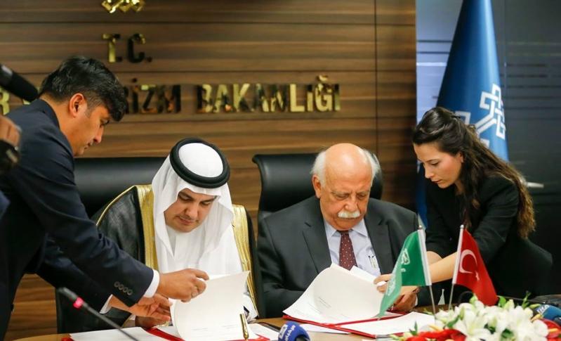 وزير الثقافة والسياحة يوقع اتفاقية مع وزير الثقافة والاعلام