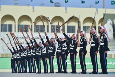 وزير الحرس الوطني يرعى تخرج الدفعة الـ27 من الضباط الجامعيين (31195649) 