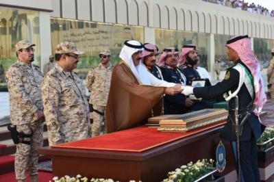 وزير الحرس الوطني يرعى تخرج الدفعة الـ27 من الضباط الجامعيين (31195655) 
