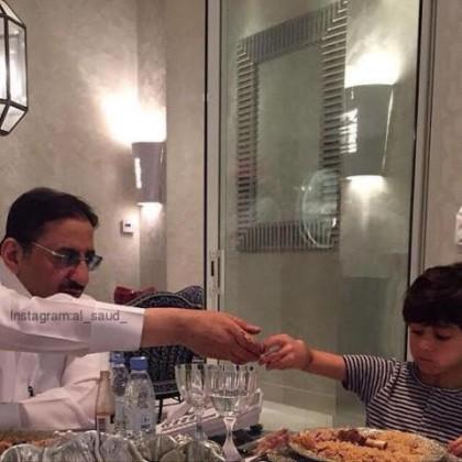 وزير الداخلية مع حفيده في لقطة عفوية
