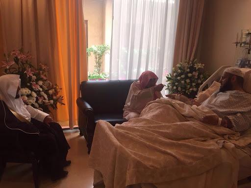 وزير الشؤون الإسلامية يطمأن على صحة الشيخ عائض القرني1