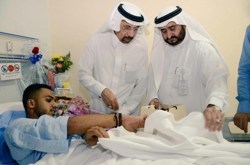 وزير الصحة يزور المصابين