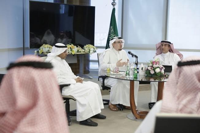وزير العمل والتنمية الاجتماعية يلتقي عدداً من منسوبي شركة الخطوط السعودية للتموين