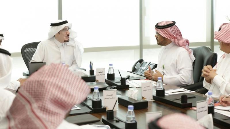 وزير العمل ونائب رئيس هيئة السياحة أثناء الاجتماع