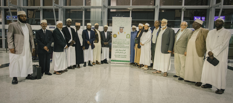 وصول ضيوف الملك سلمان من علماء الدول الإسلامية لأداء العمره (1)