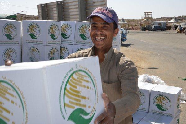 وصول 14 ألف سلة غذائية من الملك سلمان للإغاثة إلى تعز (4)