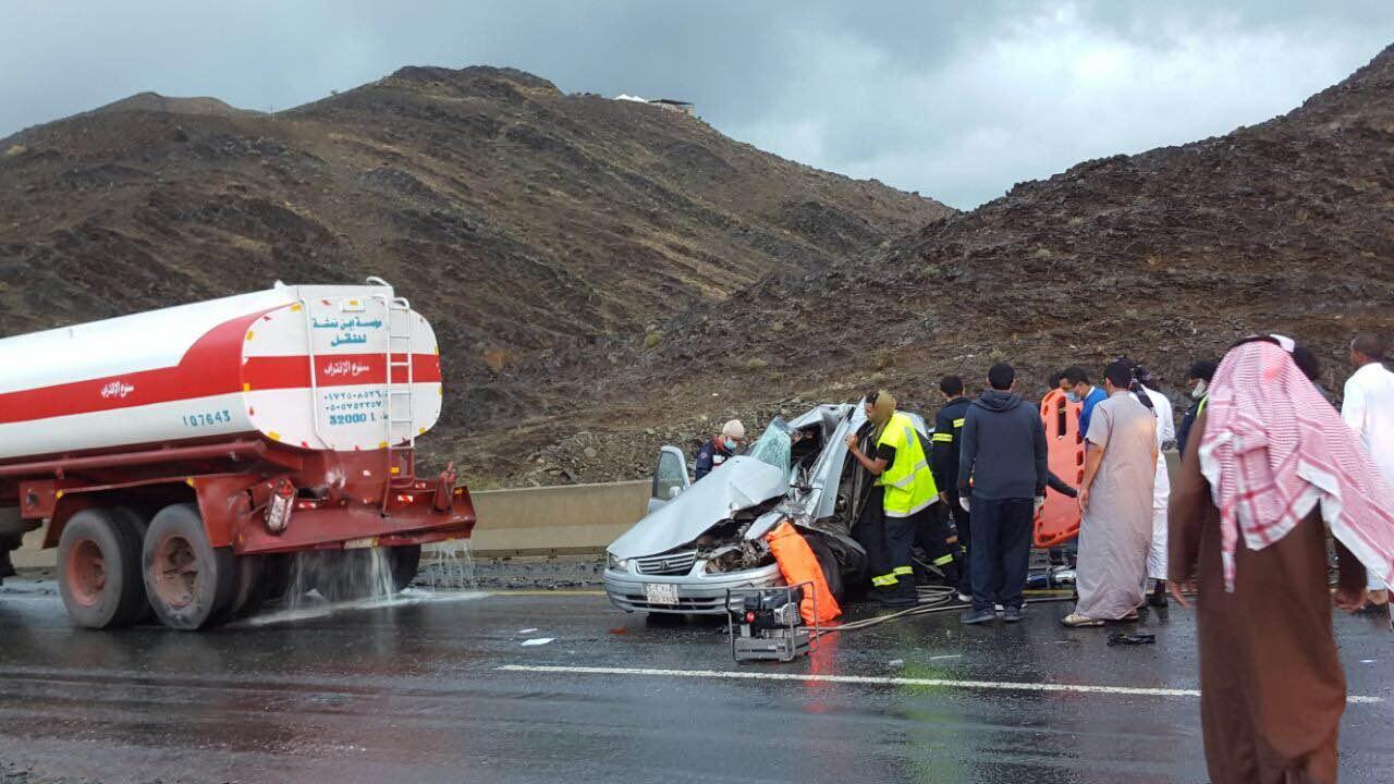 وفاة شخص وإصابة آخر في حادث تصادم مروع بـ #أبها (2)