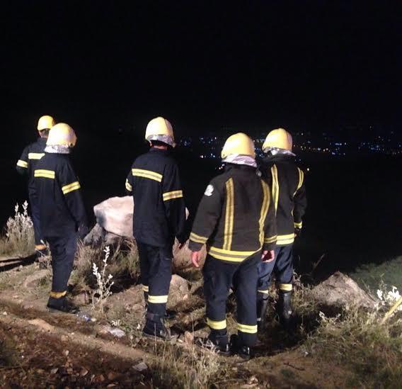 وفاة وإصابة 3 آخرين إثر سقوط مركبة بعارضة