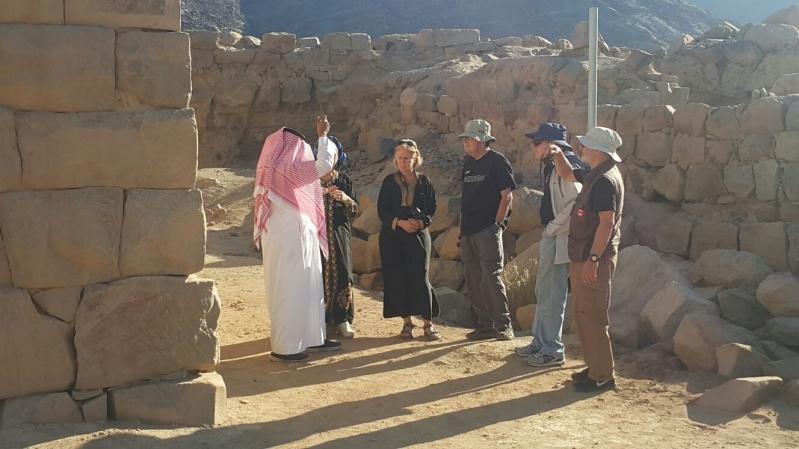 وفد اجنبي يقف على تاريخ نجران (1)