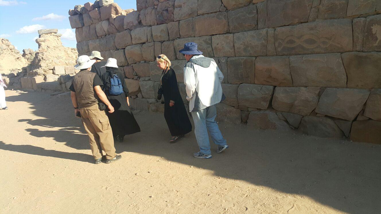 وفد اجنبي يقف على تاريخ نجران (2)