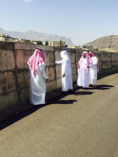 وقف أعضاء المجلس البلدي بمحافظة أضم 1
