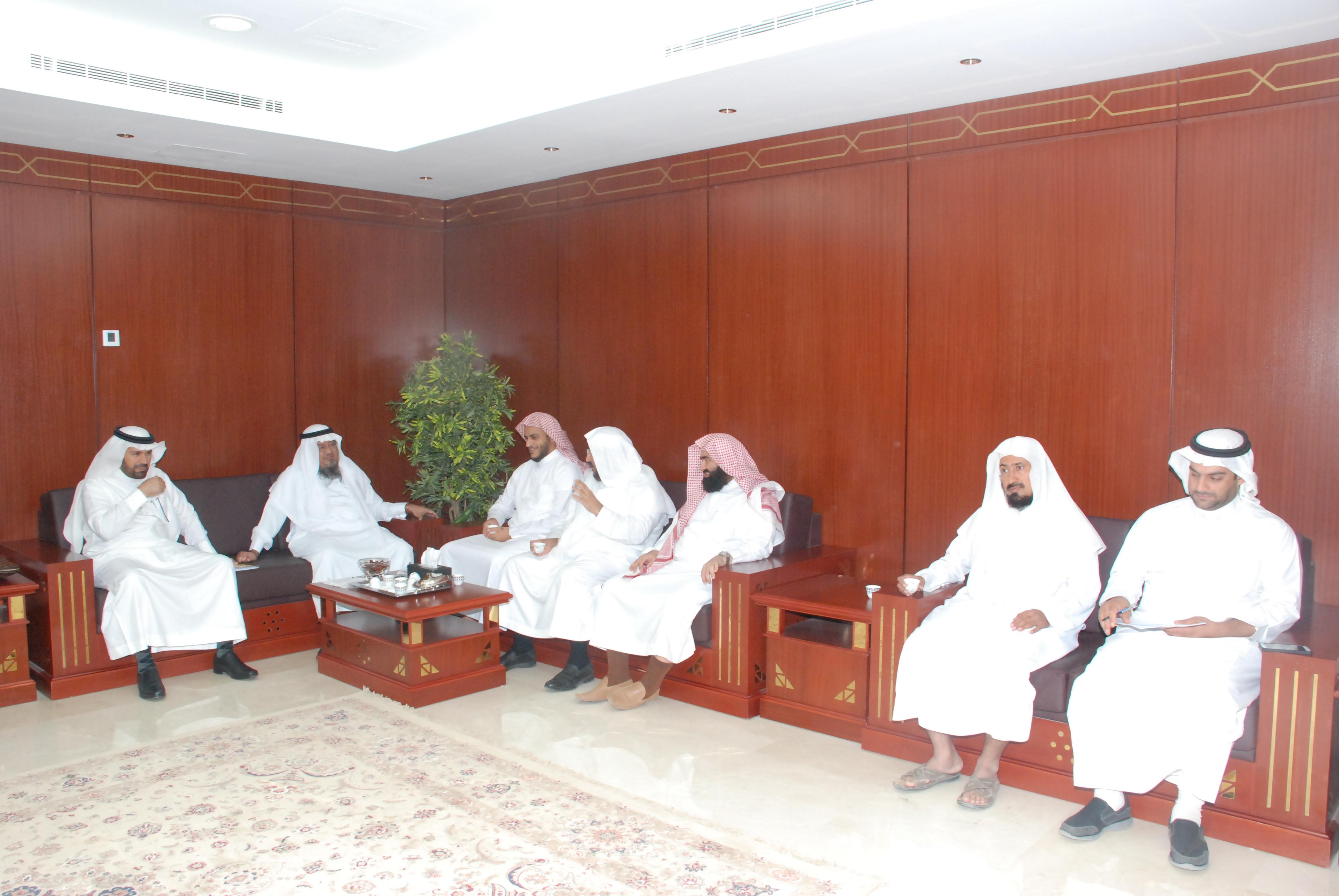 وكيل جامعةالامام للتخطيط والتطوير يستوثق الاعتماد البرامجي بـكلية الشريعة (2)