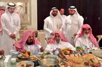وليمة الشثري للمشايخ عبدالله وسليمان الراجحي والمنيع والمطلق تثير إعجاب المغردين - المواطن