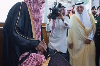 في مشهد يعكس مشاعر البر والاحترام .. نائب الملك يقبل قدم والده - المواطن