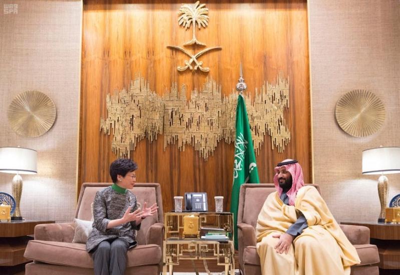 ولي العهد يستعرض العلاقات الثنائية مع رئيسة وزراء هونج كونج