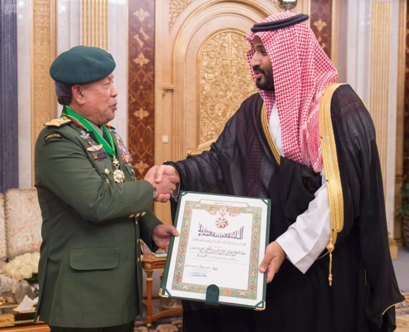 ولي ولي العهد يقلد القائد العام للقوات المسلحة الماليزية وسام الملك عبدالعزيز 1