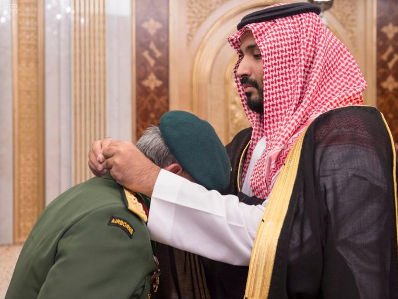 ولي ولي العهد يقلد القائد العام للقوات المسلحة الماليزية وسام الملك عبدالعزيز 2