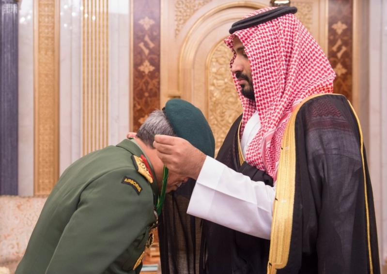ولي ولي العهد يقلد القائد العام للقوات المسلحة الماليزية وسام الملك عبدالعزيز 3