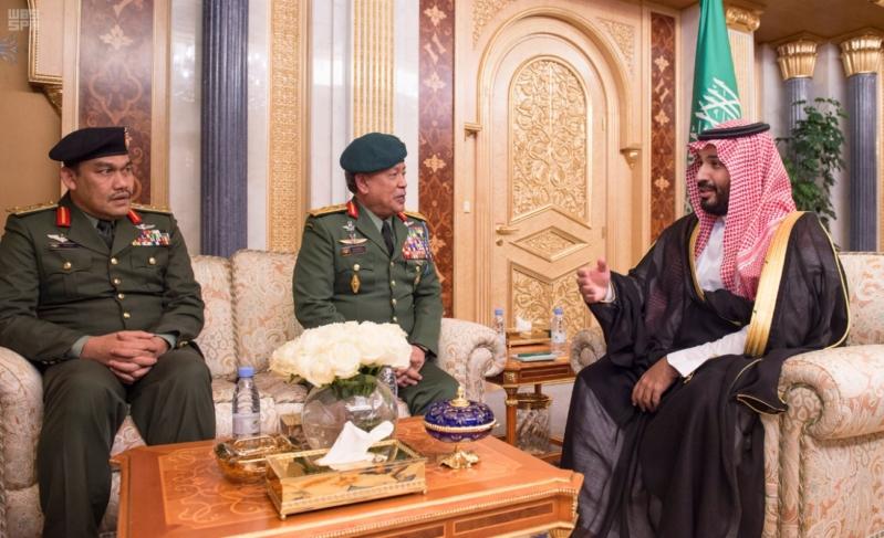 ولي ولي العهد يقلد القائد العام للقوات المسلحة الماليزية وسام الملك عبدالعزيز 4