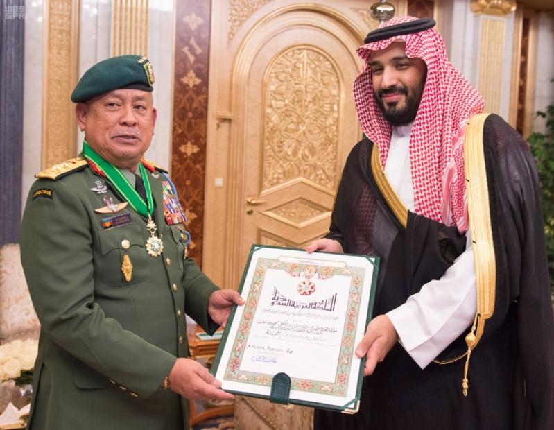 ولي ولي العهد يقلد القائد العام للقوات المسلحة الماليزية وسام الملك عبدالعزيز