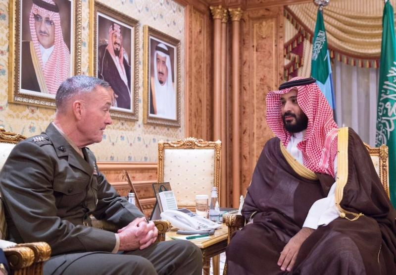 ولي ولي العهد يقلد رئيس هيئة الأركان الأمريكية وسام الملك عبدالعزيز