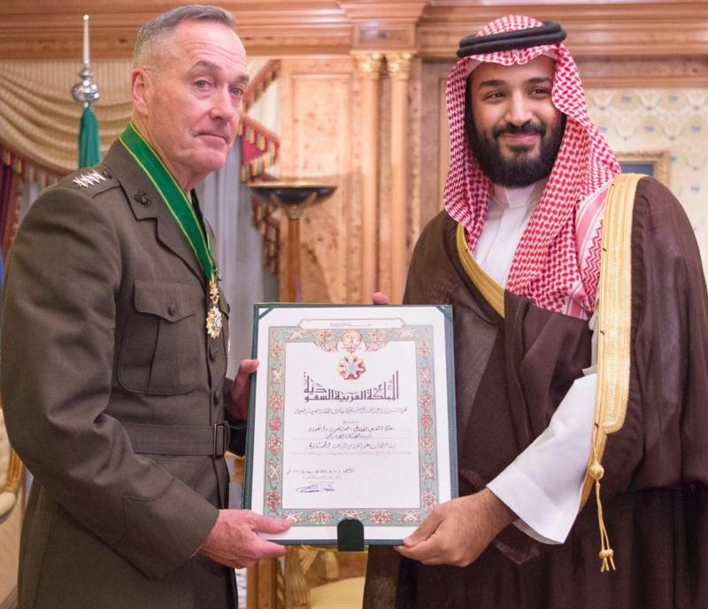 ولي ولي العهد يقلد رئيس هيئة الأركان الأمريكية وسام الملك عبدالعزيز1