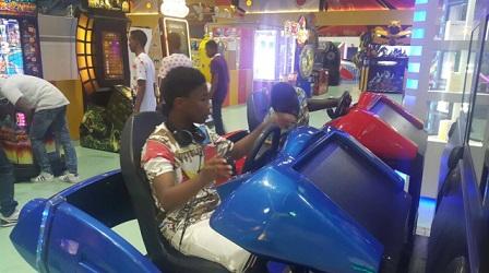 -وهنا يلهون بالألعاب الإلكترونية في مجمع ردسي مول