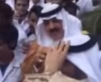 شاهد .. هذا ما فعله متعب بن عبدالله لأحد طلاب جامعة سعود الصحية