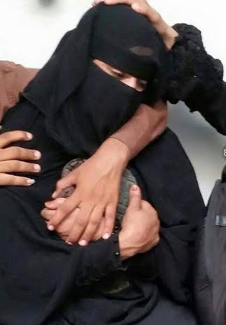 يمنية-تحتضن-حذاء-ابنها