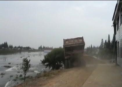 يواجه الصينيون السيول العارمة